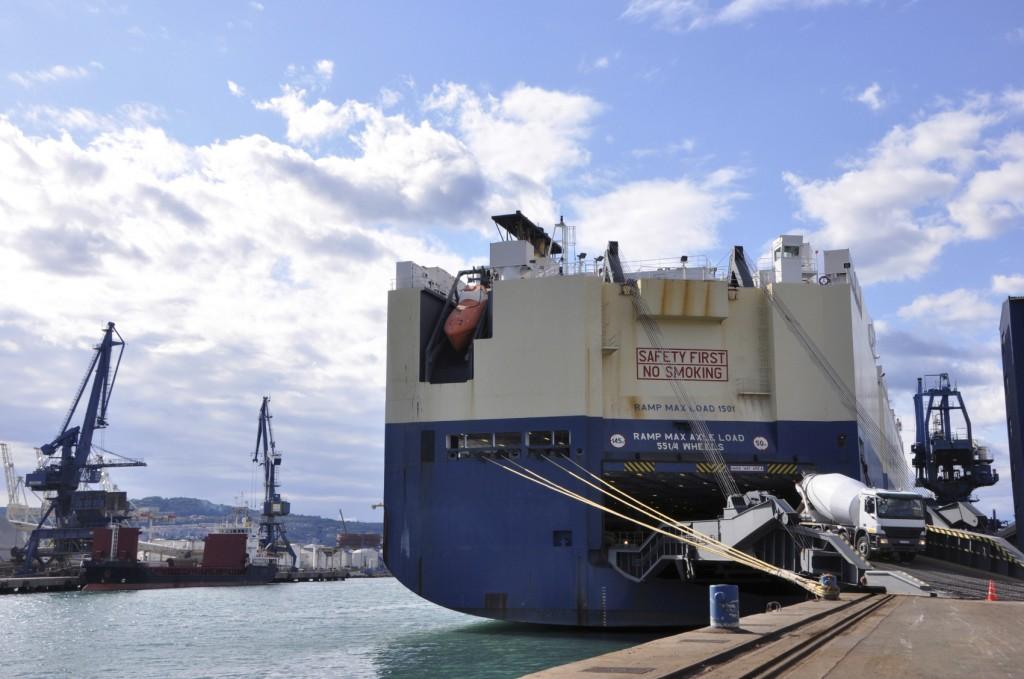 Nutzfahrzeugexport im Hafen nach Westafrika