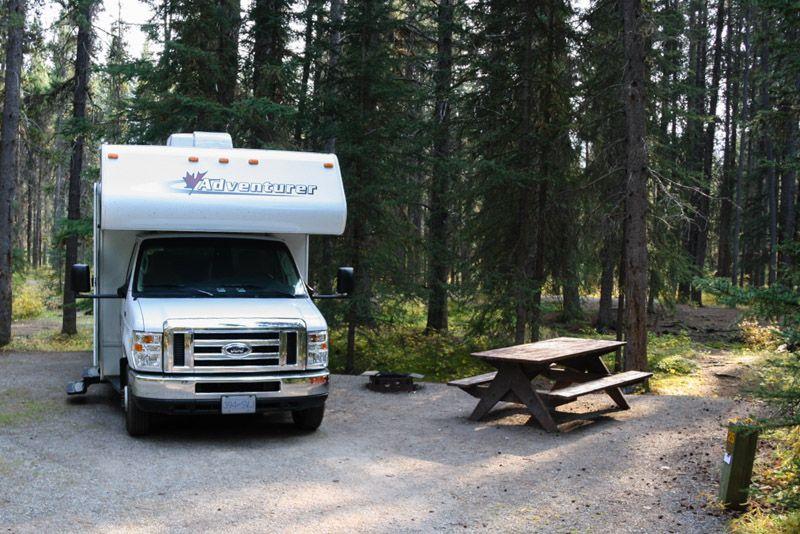 Auf einem Campingplatz im Wald